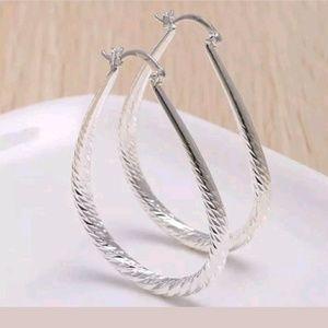 Jewelry - 💥SALE💥 Classic Oval/Pear Shaped Hoop Earrings